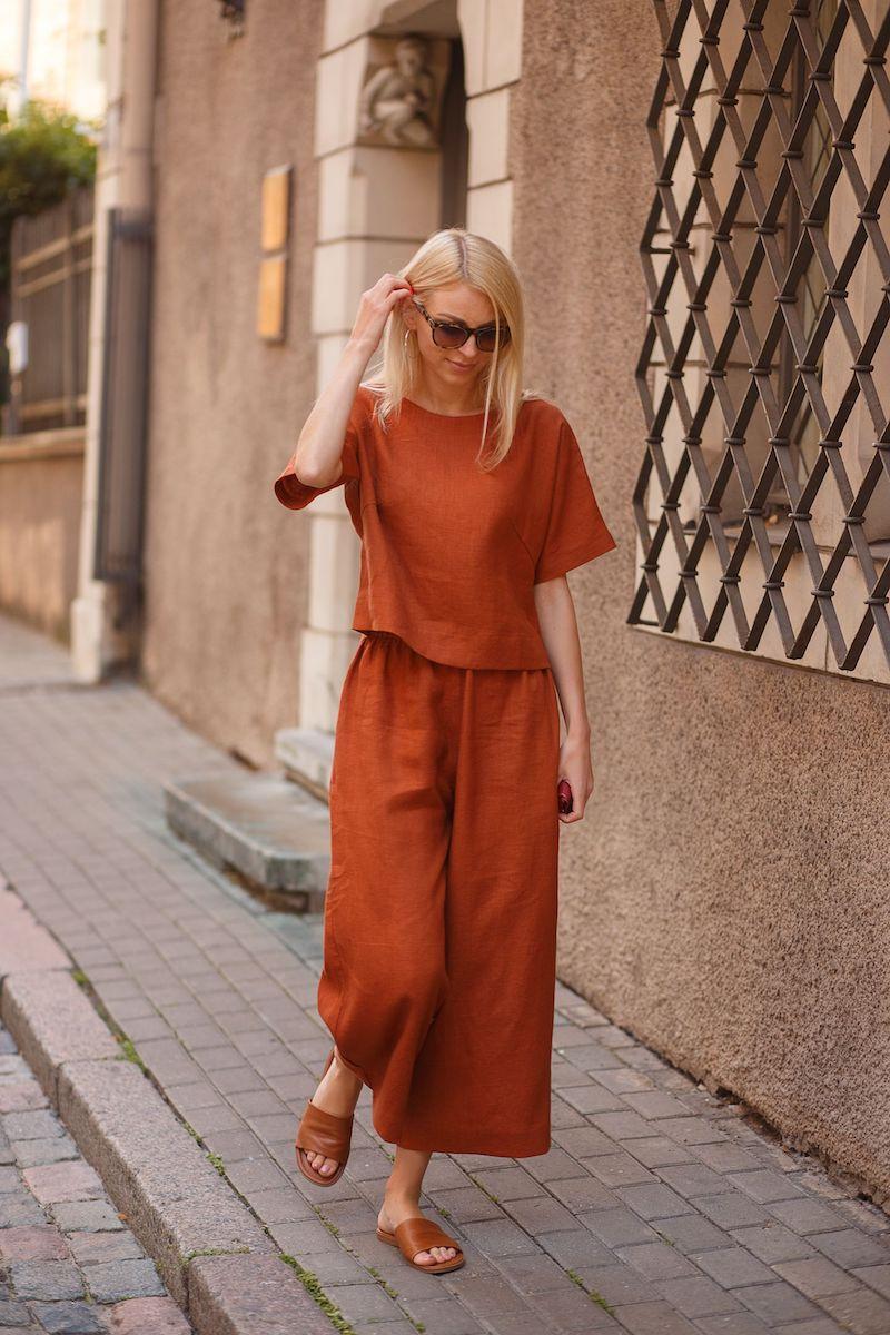 damenhosen sommer 2021 orangen kupfer farbe eine frau in breite hosen und bluse streetstyle