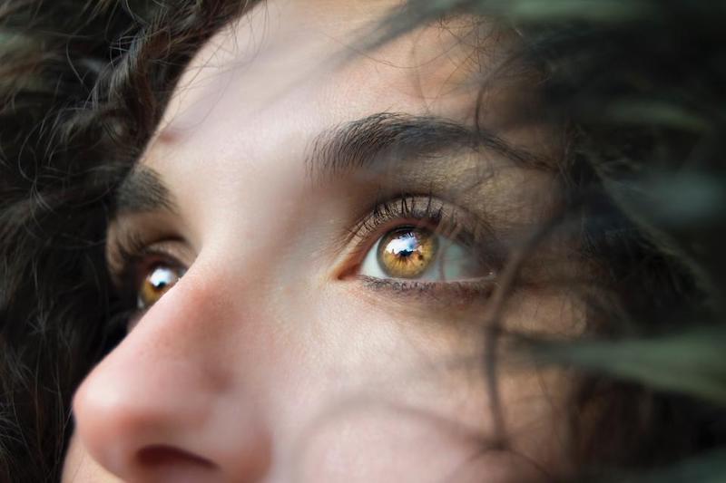 dunkelbraune haare frau mit hellbraune augen close up im freien