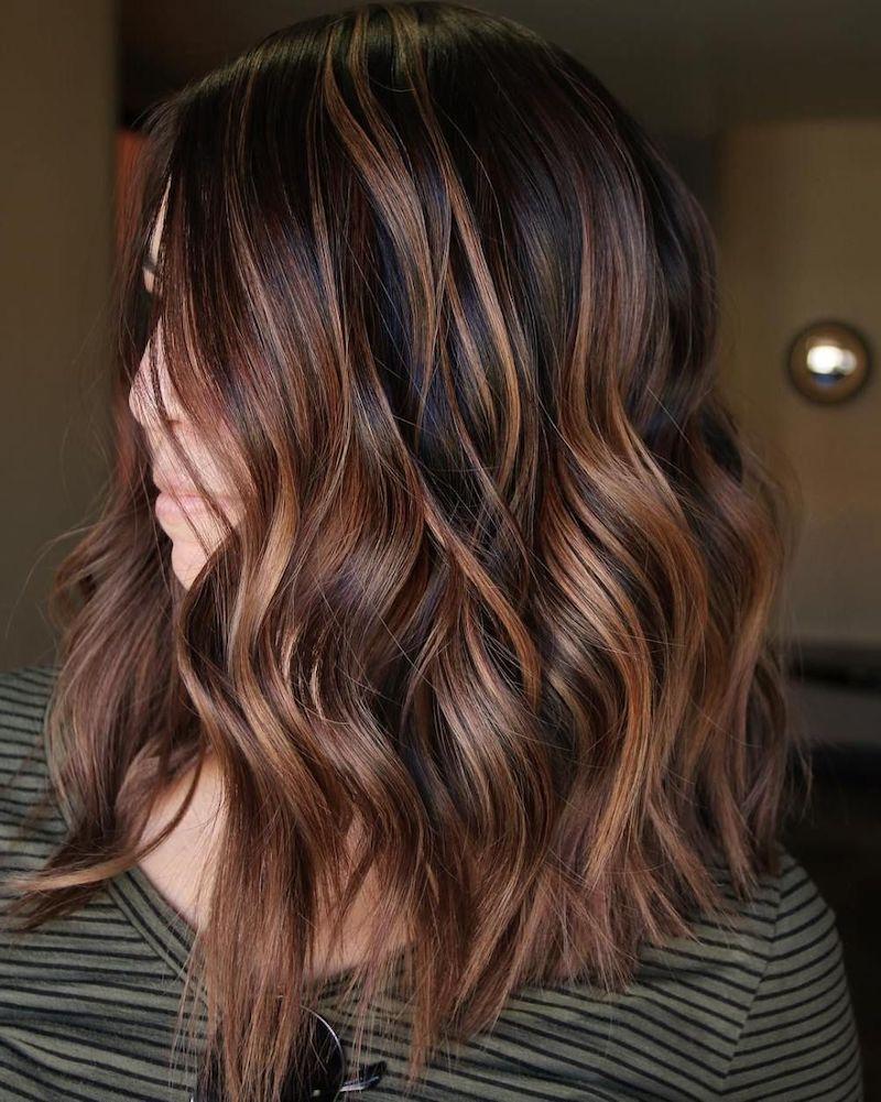 dunkelbraune haare mit karamell highlights frau mit hollywood curls
