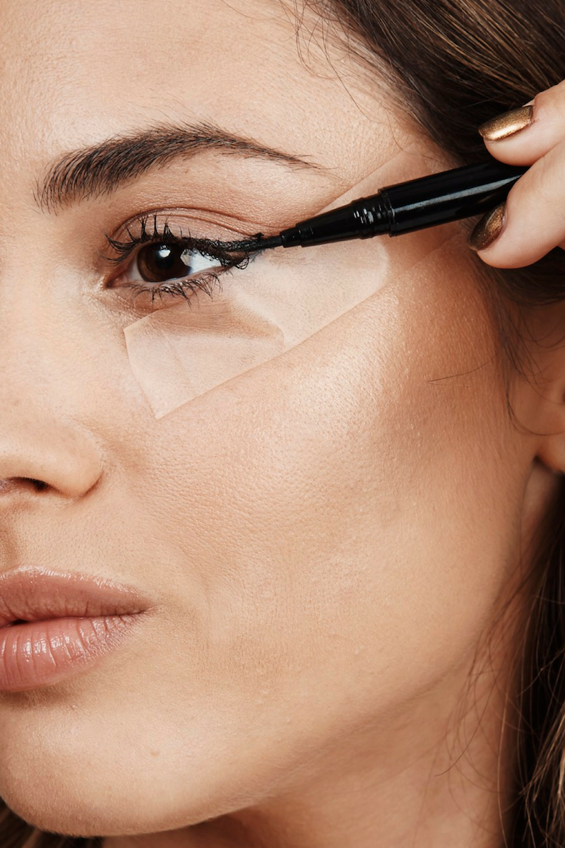 eyeliner auftragen eyeliner hacks unterschied kajal und eyeliner frau trägt eyeliner auf klebeband