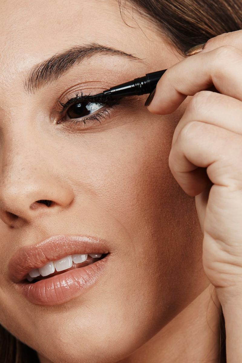 eyeliner auftragen für anfänger lidstrich frau trägt eyeliner auf hacks