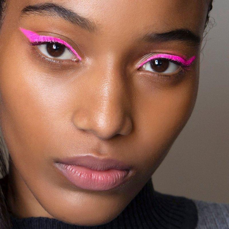 eyeliner ziehen hacks eyeliner farbig frau mit farbiger eyeliner rosa