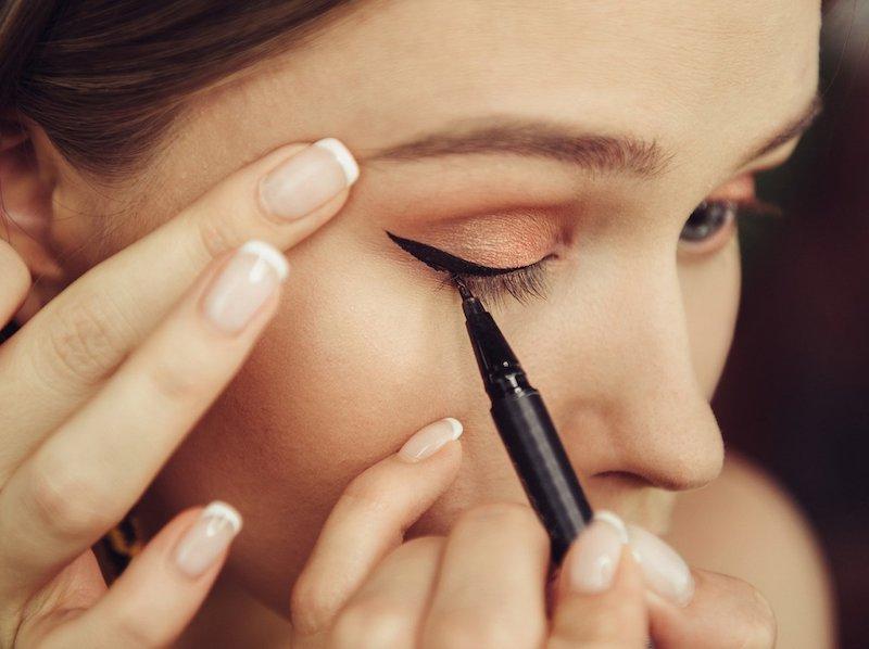 eyeliner ziehen tricks weißer eyeliner lidstrich schwarzer eyeliner auftragen
