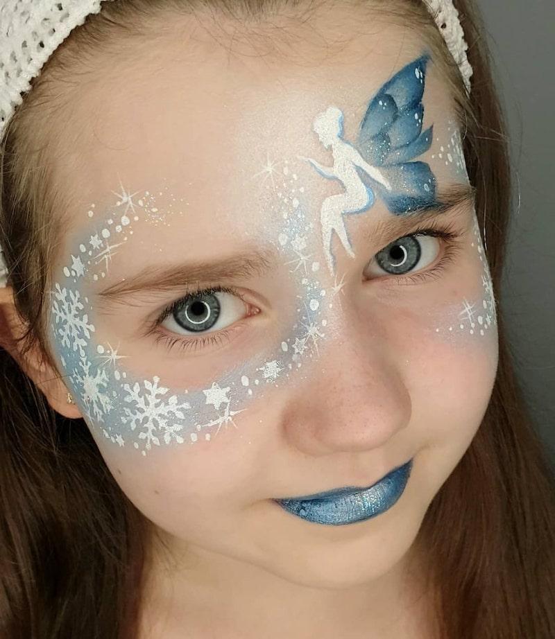 fee schminken kinder mädchen mit feefigur in blau und weiß