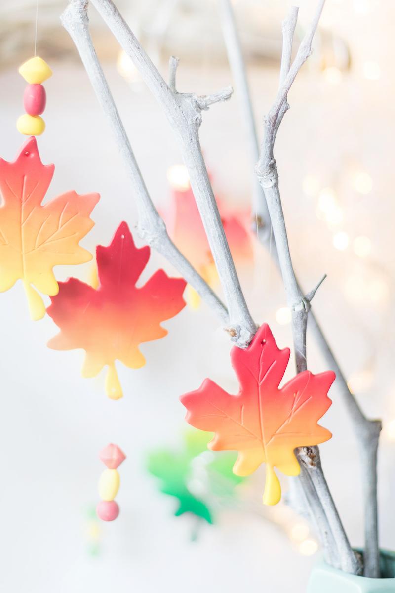fensterdeko bastelvorlagen herbst kinderzimmer herbstblätter aus ton färben