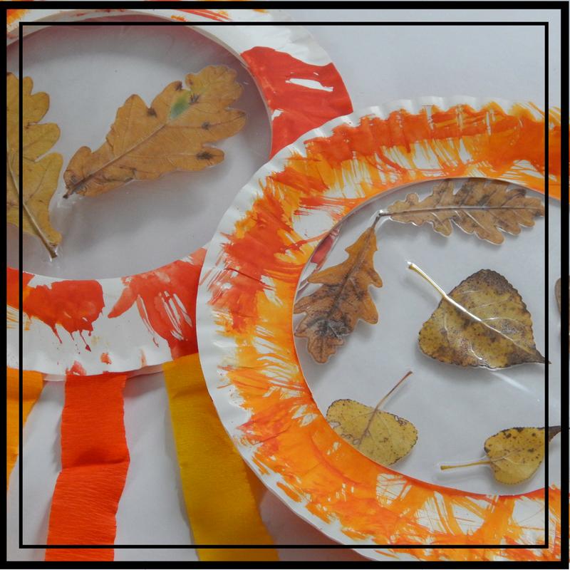 fensterdeko kinderzimmer basteln herbstdeko selber basteln sonnenfänger mit blättern und kartonteller