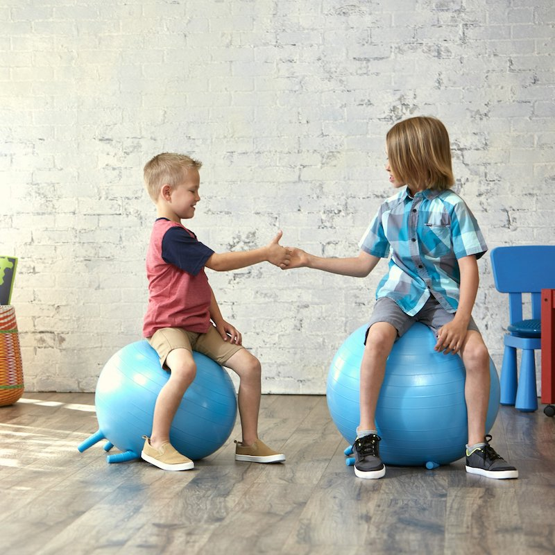 fitnessübungen für kinder zwei jungen mit zwei hüpfbälle im raum auf weißer hintergrund