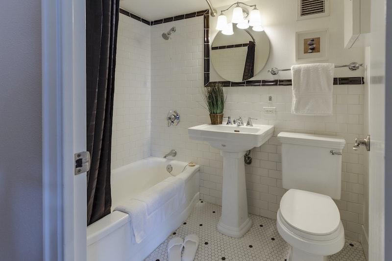 fliesen verfugen schwarz weißes badezimmer mit badewanne