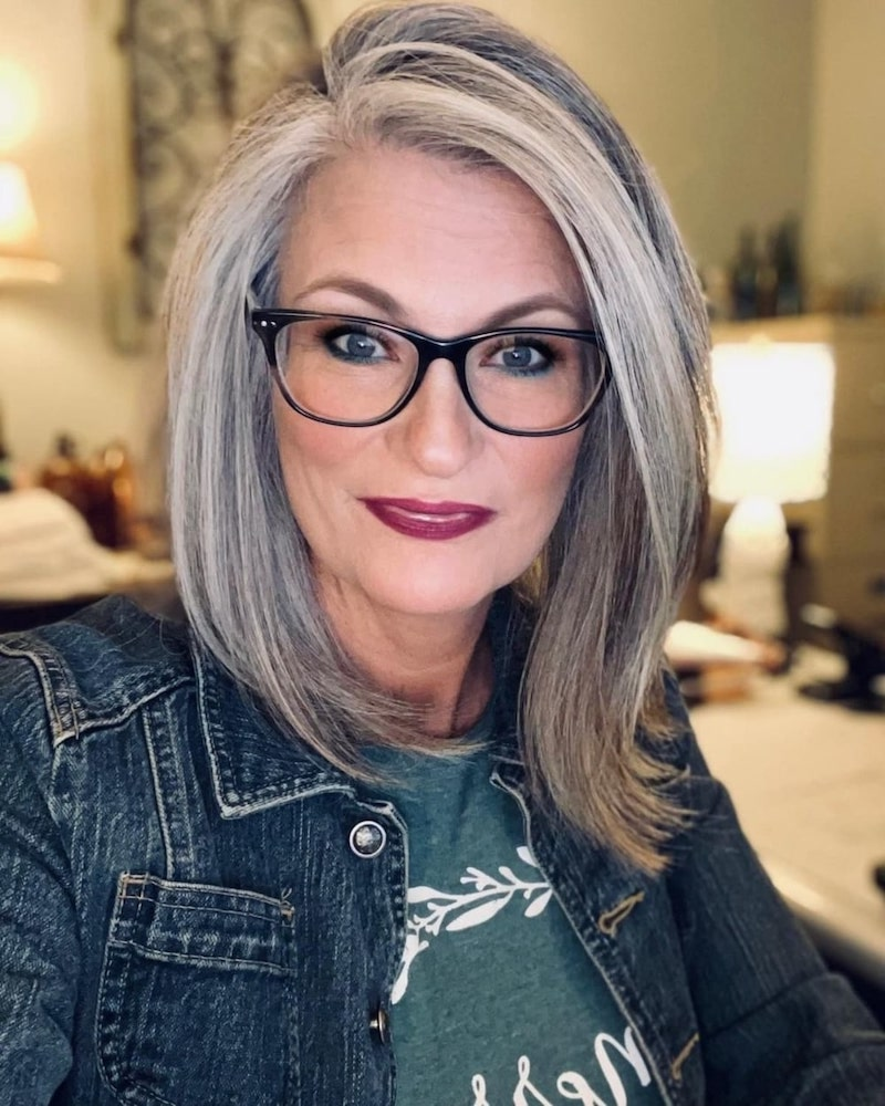 fransiger bob ab 50 weiß graues haar frau mit brillen