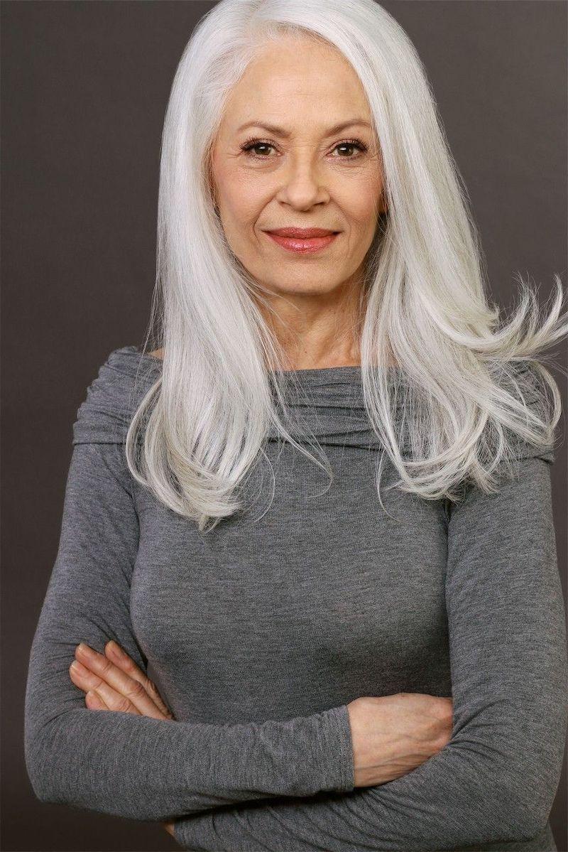 frau 60 jahre mit weißem mittellangen haar und grauer bluse