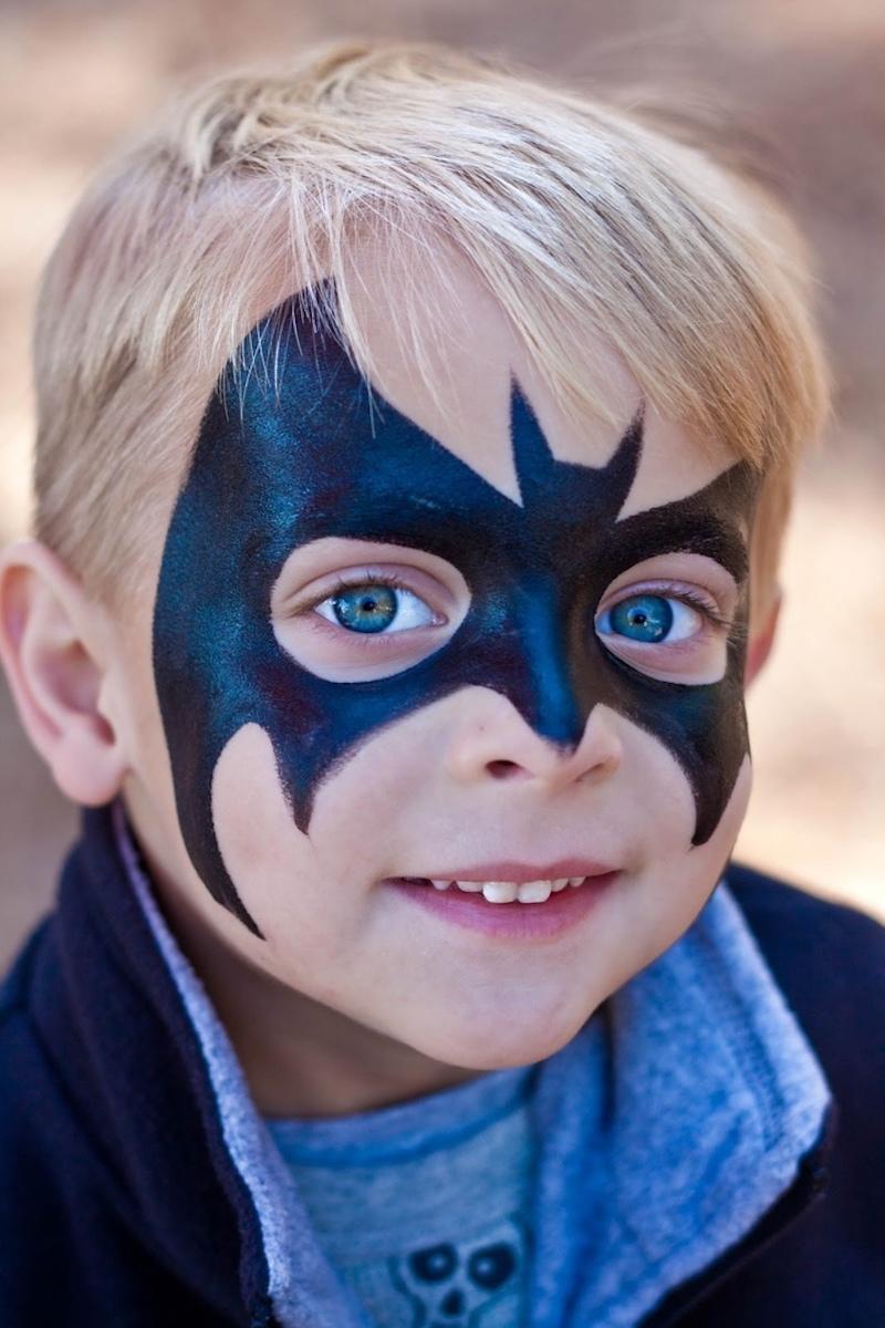 gesicht schminken kinder junge mit großem batman symbol
