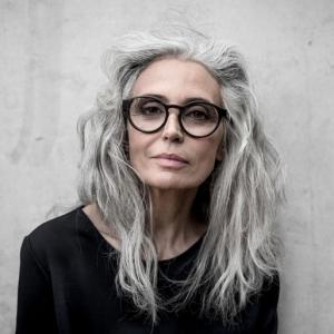 graue haare frauen über 50 mitbrillen peppige frisuren frau mit grauem haar lang brillen