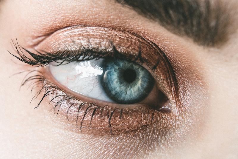 haarfarbe caramel braun blaues auge close up karamel eyeshadow