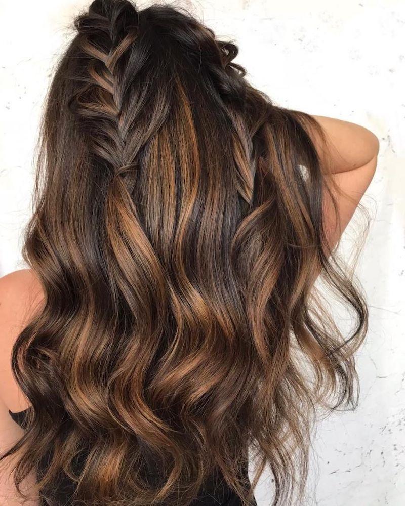 haarfarbe caramel braun frau mit dunkelbraunen haaren zwei lockeren zöpfen