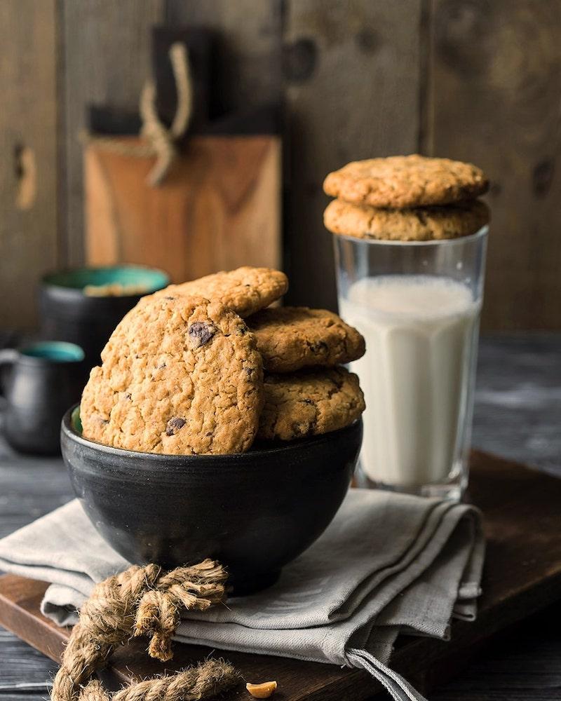 hafermilch kleinkind haferflocken kekse mit beeren und hafermilch in glas in der küche