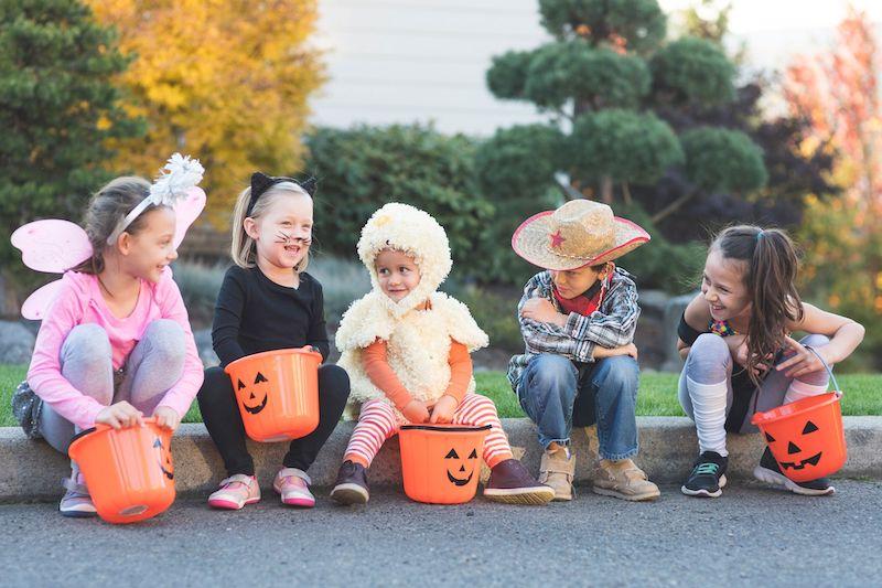 halloween schminken kinder mit kostüme und töpfe