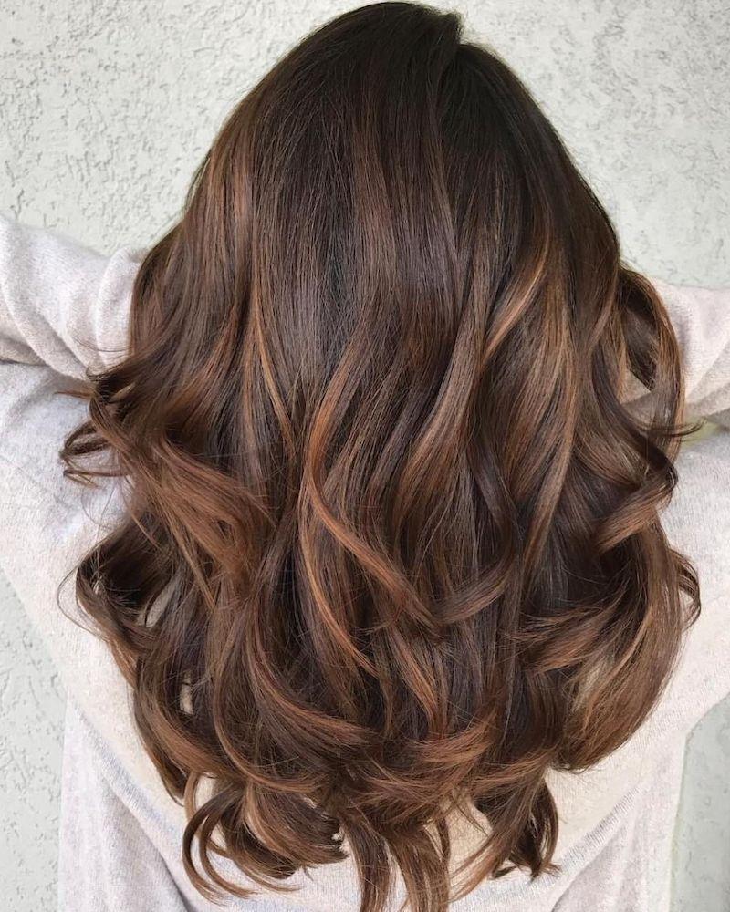 haselnussbraun haarfarbe eine frau mit langen hollywood curls