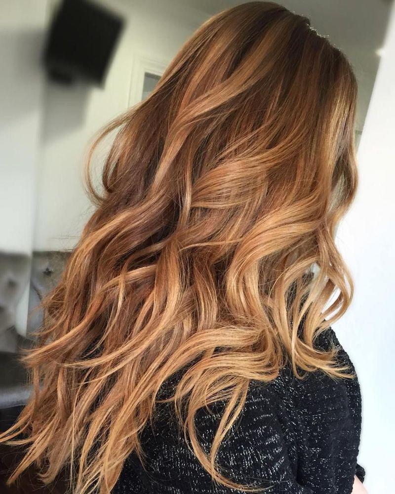 hellbraune haare mit highlights eine frau mit langen haaren im raum
