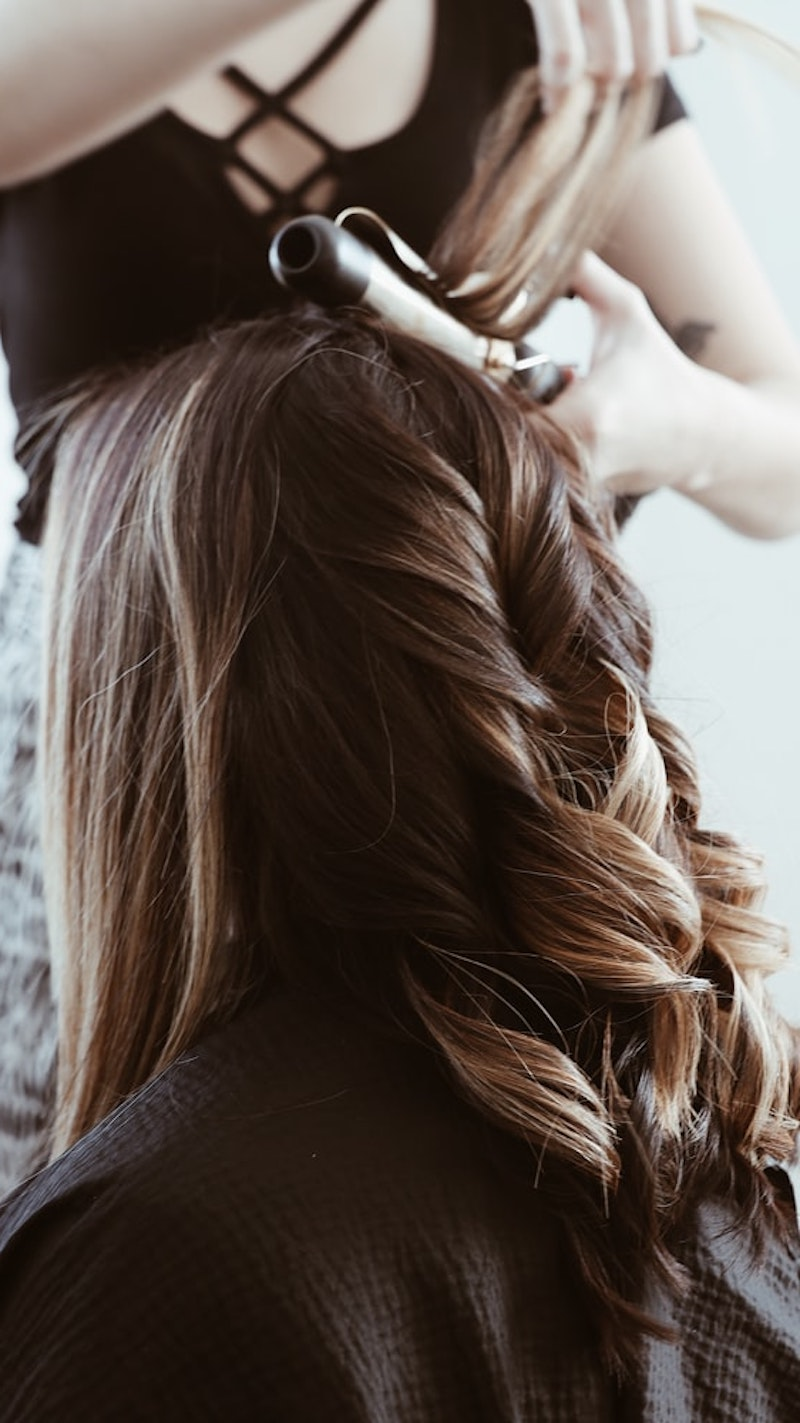 highlights braune haare ein mädchen beim coiffeur im salon