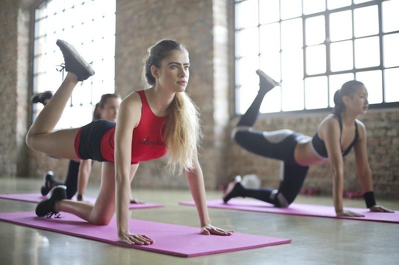 hip dips füllen donkey kick in damen fitness studio frauen auf matte