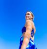 hip dips wegbekommen ein mädchen im blauen sportanzug in der blauen himmel hintergrund