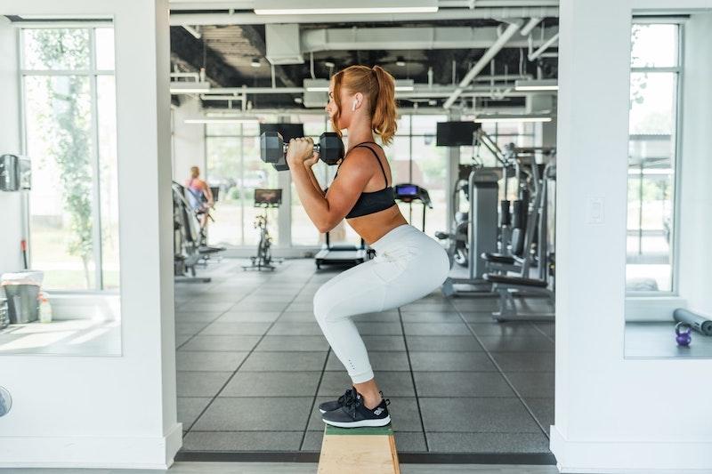 hip dips wegtrainieren ein mädchen mit hanteln im fitness studio