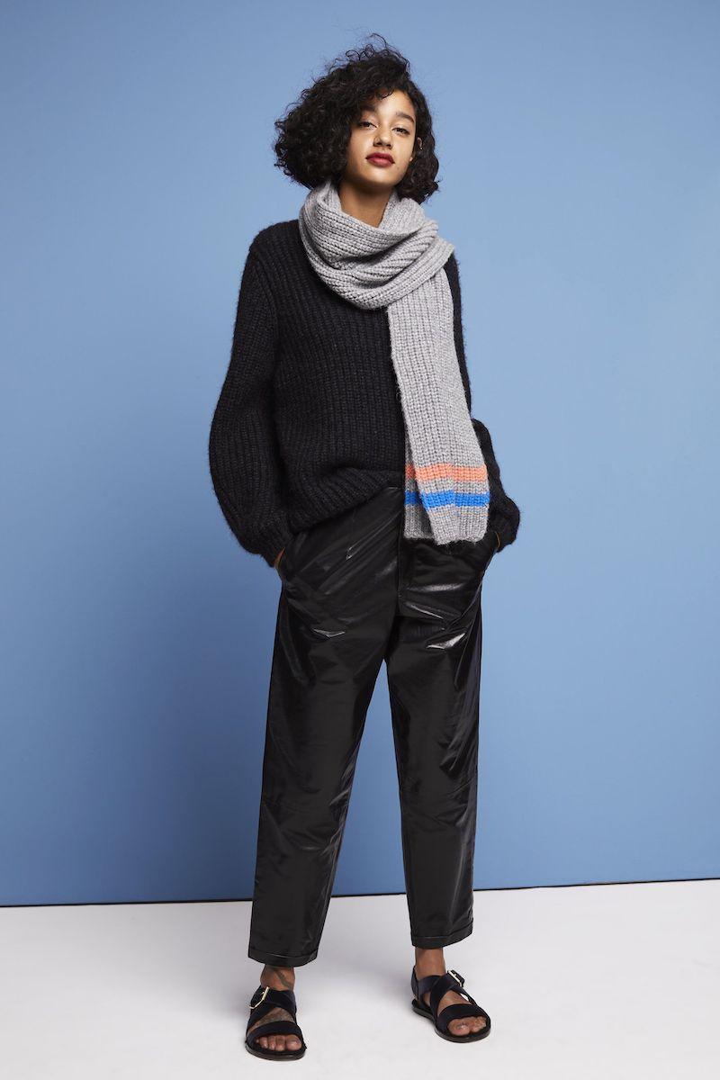 hosenmode 2021 damen schwarze faux lederhose mit schwarzem pullover
