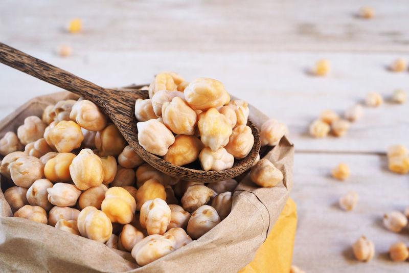 italienische kichererbsen rezepte raue kichererbsen im papierpack und auf dem weißen parkett