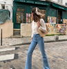 jeans trend 2021 damen mädchen in jeans und strickjacke