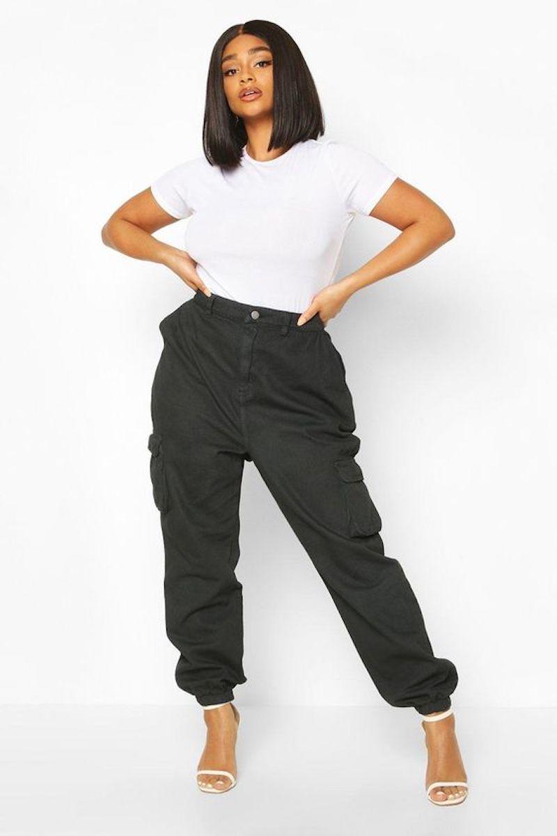jeans trend 2021 frau in cargo jeans und weiße tshirt