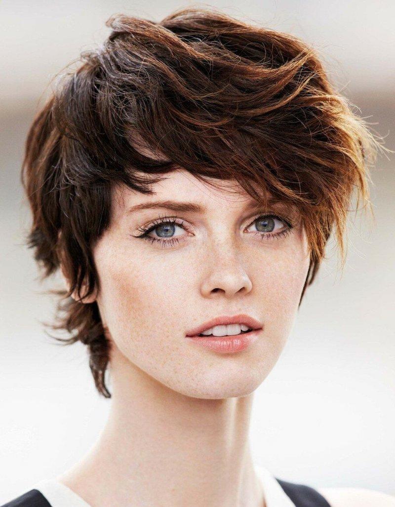 kastanienbraun haarfarbe eine frau mit kurz geschnittener frisur im freien