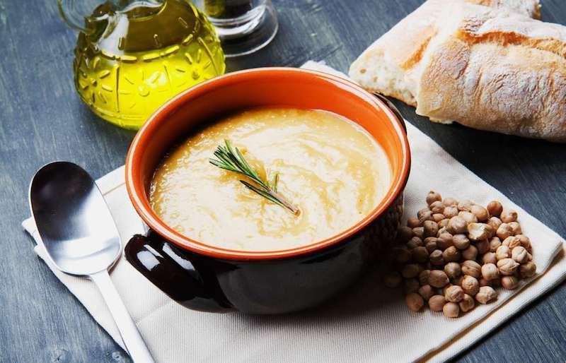 kichererbsensuppe jamie oliver style rosmarin zum servieren auf einem esstuch