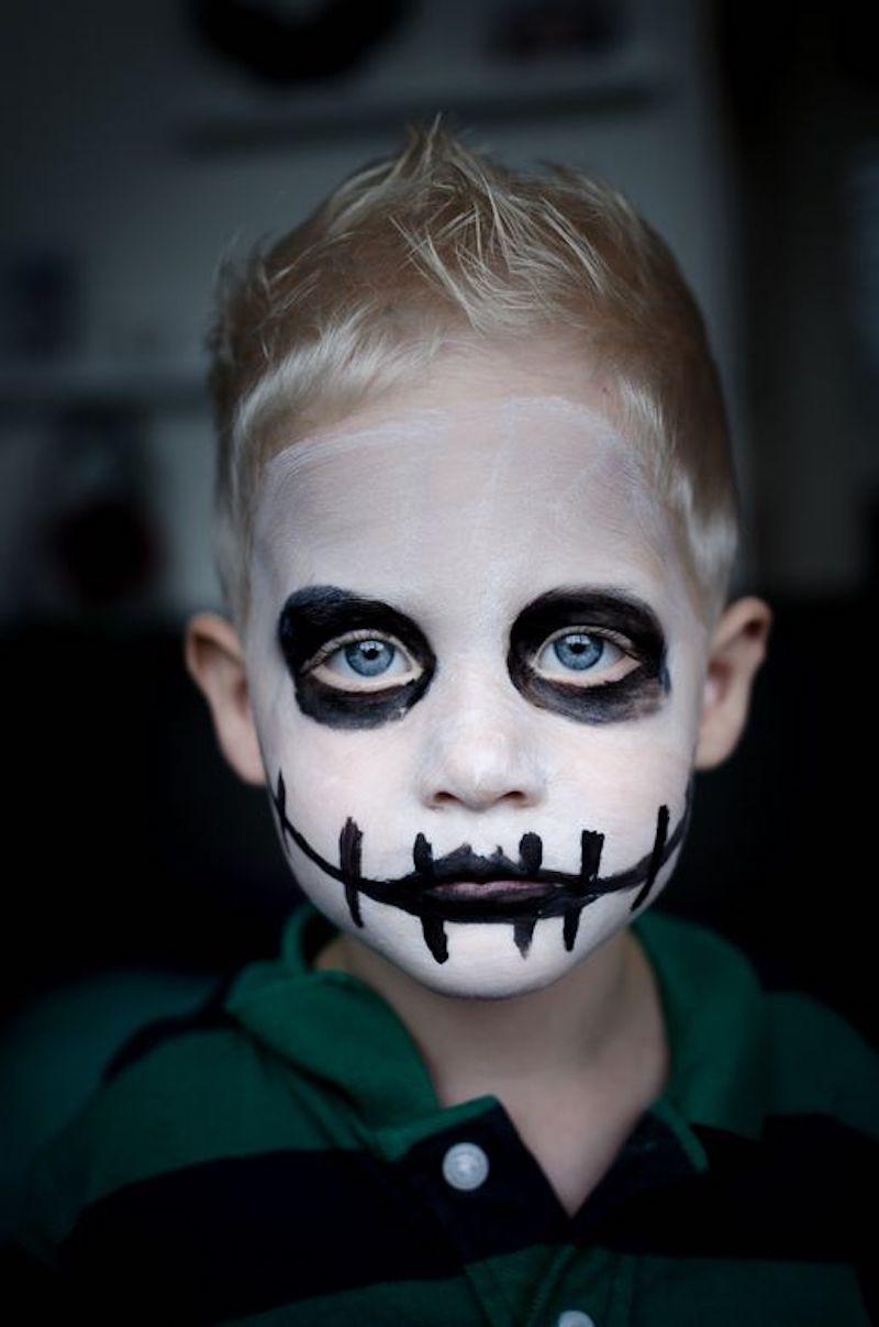 kinderschminken jungs blonder junge mit skelett schminken