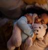 kinderzimmer deko mädchen boxspringbett für kinder kleines mädchen schläft teddybear