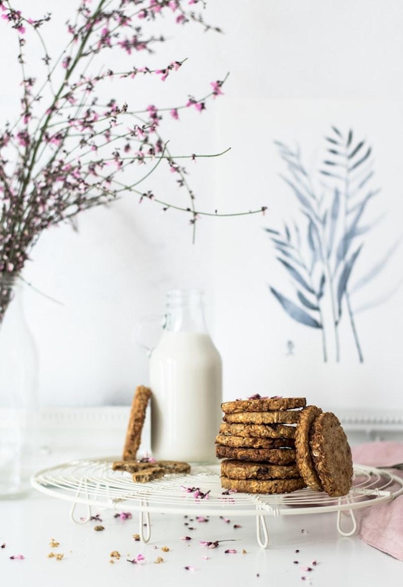 kochen mit hafermilch hafermilch in glasflasche und haferkekse auf weißen hintergrund