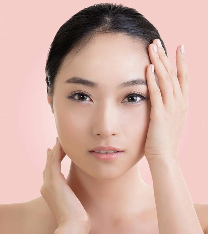 koreanische kosmetik eine junge frau