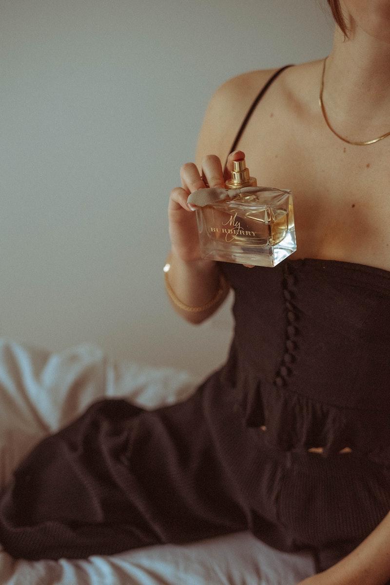 langhaltendes parfum damenn riemax de parfum richtig auftragen teures parfum frau in rotem kleid trägt parfum auf