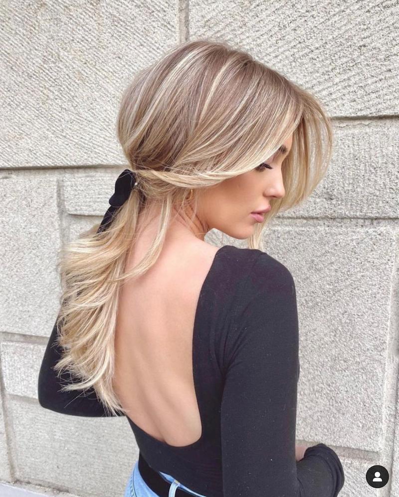lockerer pferdeschwanz blonde haare tik tok video schneiden curtain bangs