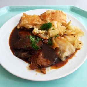 messer bayrisch kraut nach omas rezept fleisch mit soße ein teller mit kraut