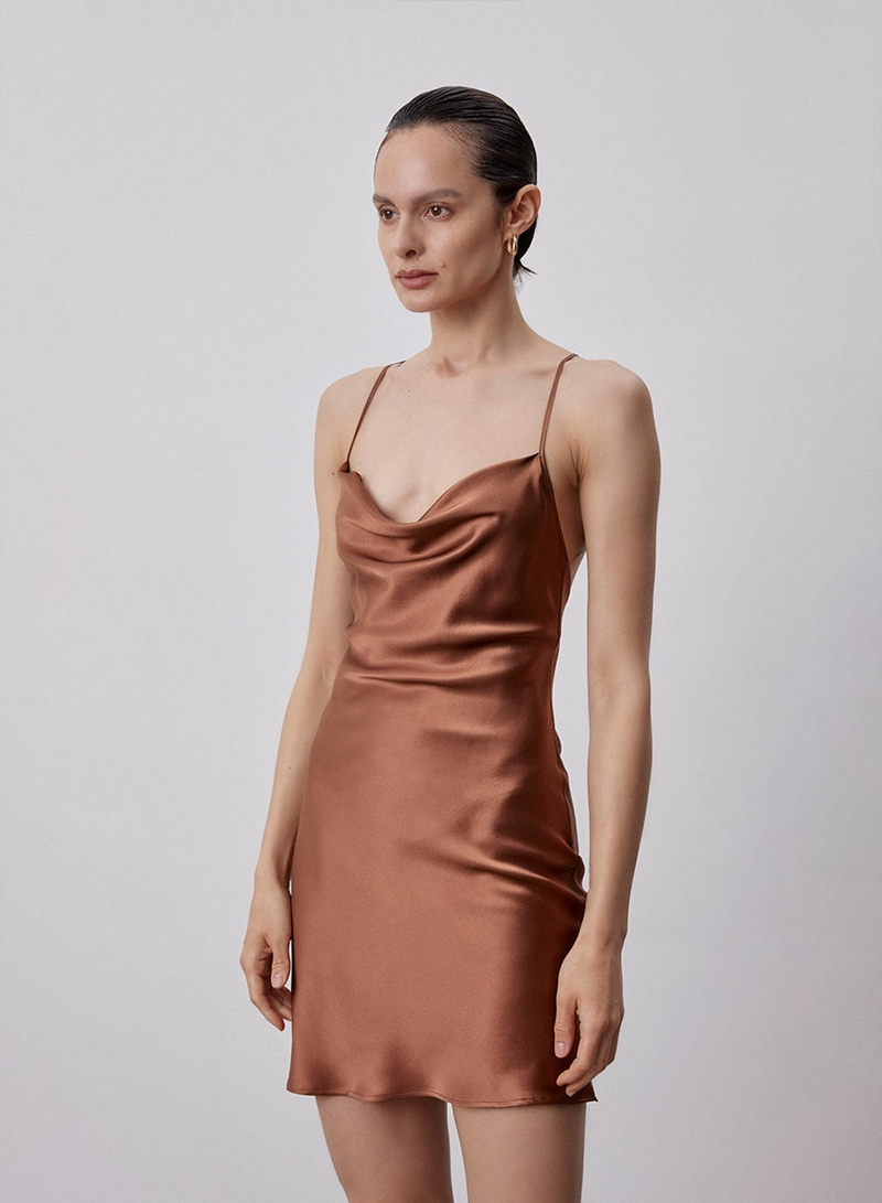 modeherbst 2021 20er mode kurzer brauner kleid aus seide