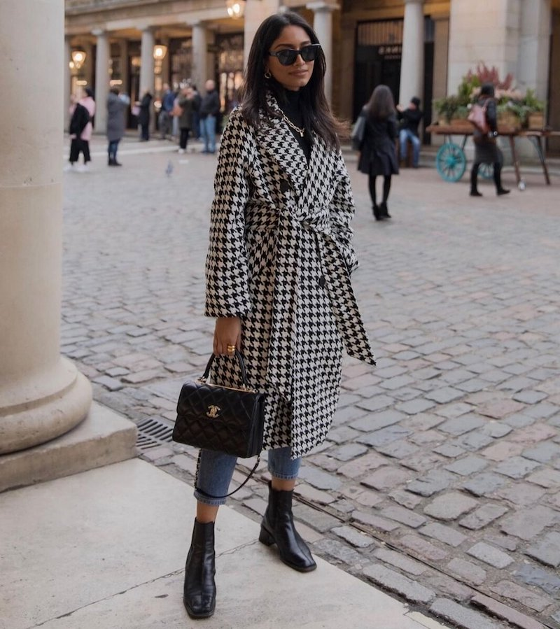 moderne jeans damen 2021 eine frau in mantel streetstyle