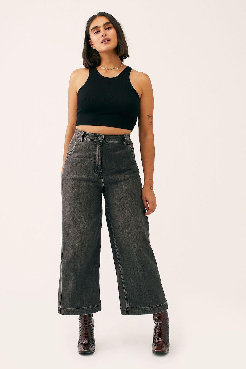 moderne jeans damen 2021 schwarz ein mädchen mit wide leg jeans und schwarze top
