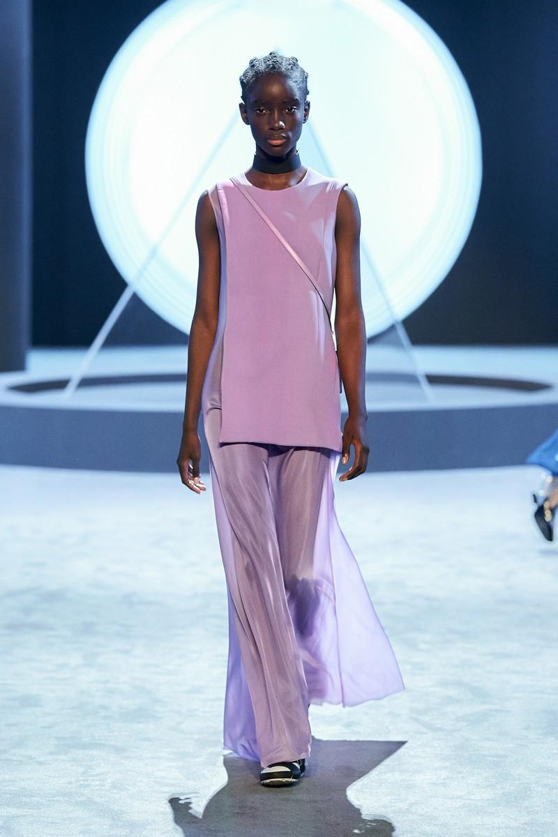 pantone trendfarben2021 mode was ist im winter 2021 modern frau in lila jumpsuit