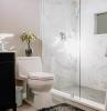 plattenfugen erneuern badezimmer mit duschkabine aus marmor