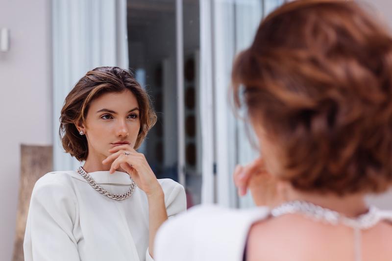 schmuck trends 2021 damen designer schmuck muau ch silber chain kette frau vor dem spiegel