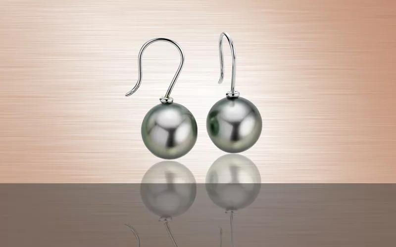schmuck trends 2021 schmuck tragen damen perlen grau