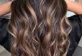 Braune Haare mit Karamell-Highlights – Tiefe und Glanz für Ihr Haar