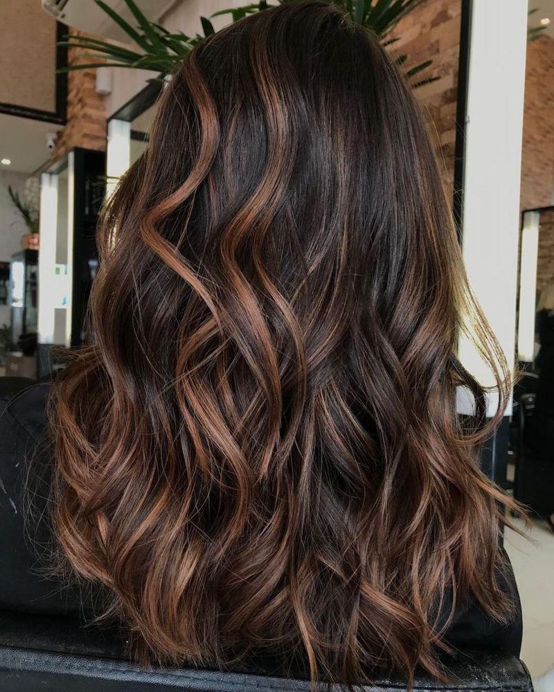schwarze haare mit strähnen eine frau im salon