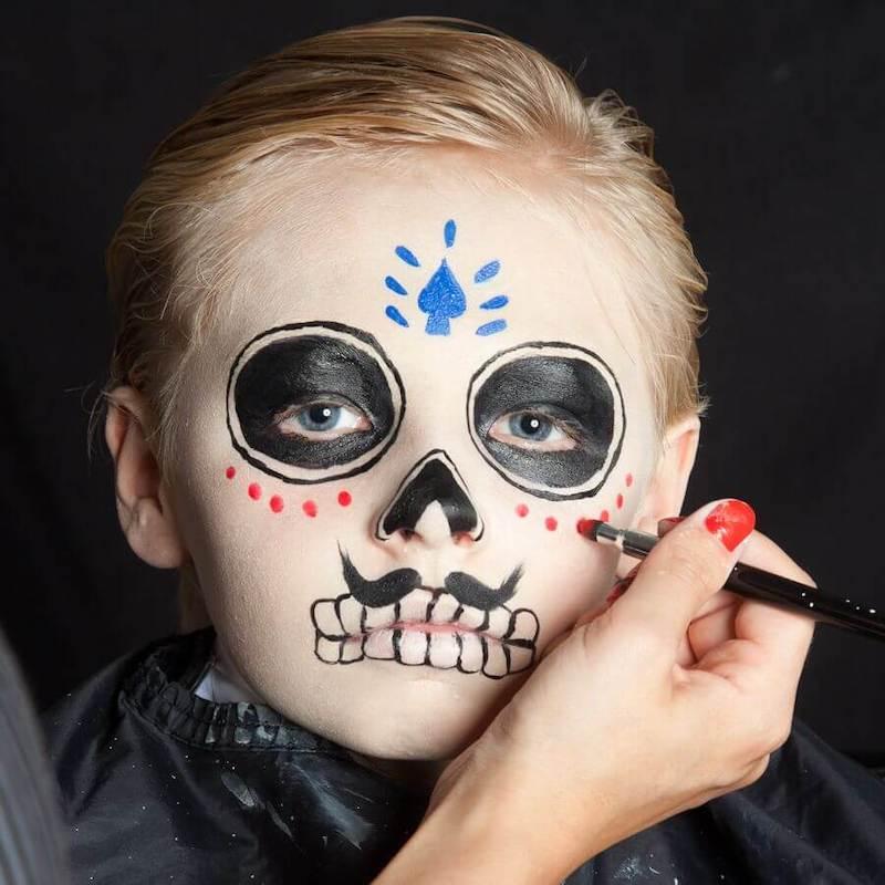 skelett schminken halloween dia de los muertos ein junge