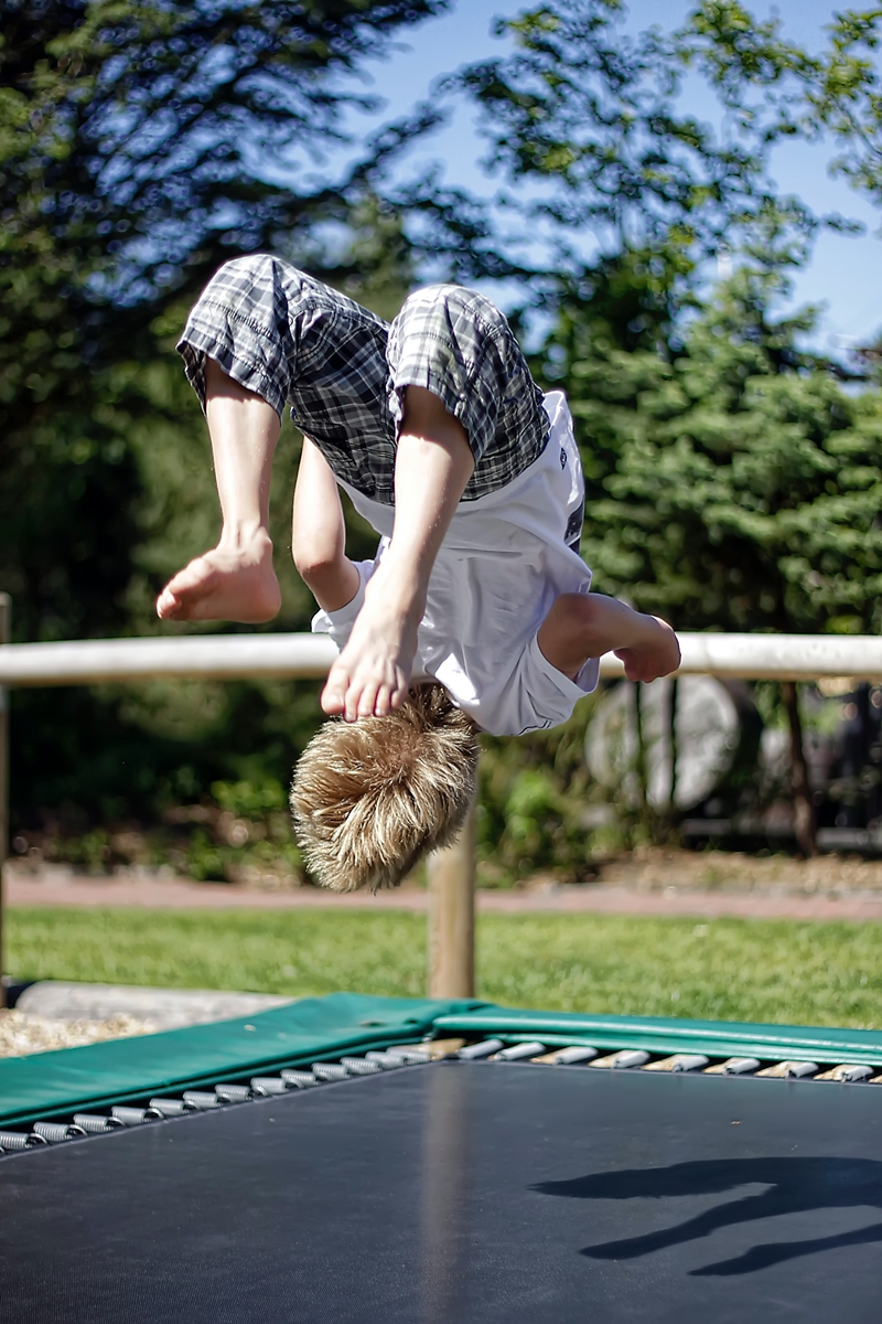 spaß auf dem trampolin für kinder gartenzubehör ideen